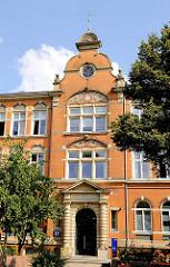 Eingang der denkmalgeschützten Realschule Weidenstieg - jezt Staatliche Handelsschule mit Wirtschaftsgymnasium Weidenstieg, Berufsschule für Kreditgewerbe in Hamburg Eimsbüttel.