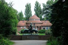 Historische Gebäude im Hamburger Stadtpark - Trinkhalle und Skulptur Diana mit Hunden.