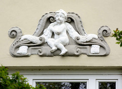 Stuckdekor, Putte / Engelsfigur - Hausfassade, Sierichstrasse Hamburg Winterhude.