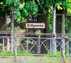Schild Zollgrenze am Zaun - Ende des Freihafengebiets - Bilder aus HH-Wilhelmsburg.
