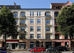 Historismus in der Hamburger Archtektur - reich dekorierte Wohngebäude in der Barmbeker Strasse von Hamburg Winterhude.