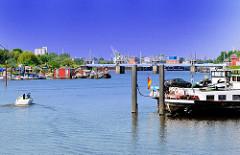 Blick auf die Billwerder Bucht in Hamburg Rothenburgsort - Binnenschiffe an den Dalben - Sportboothafen; im Hintergrund das Billwerder Sperrwerk.