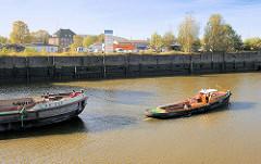 Schleppzug auf dem Oberhafenkanal in Hamburg Rothenburgsort - eine Barkasse zieht eine Schute.