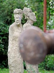 Skulpturen am Denkmal bei der Schule Meerweinstrasse in der Hamburger Jarrestadt.
