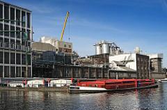 Industriegebäude am Kanal vom Heidenkampsweg Amsinckstrasse.- Schuten auf dem Kanal.