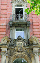 Historisches Eingangsportal - Schulgebäude Staatliche Gewerbeschule Kraftfahrzeugtechnik in Hamburg Hamm. Hamburg Wappen über dem Schuleingang.