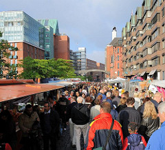Markstände und Marktbesucher auf dem Fischmarkt in der Altonaer Grossen Elbstrasse - Bilder aus dem Stadtteil Altona Altstadt.