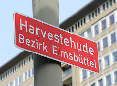 Stadtteilschild Harvestehude, Bezirk Eimsbüttel - Stadtteilgrenze; im Hintergrund Hochhäuser am Grindel.
