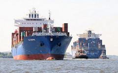 Der Containerfrachter CMA CGM Butterfly läuft aus dem Hamburge Hafen aus - der Frachter HS CHOPIN kommt herein; hat eine Länge von 247m und eine Breite von 32m - er hat eine Ladefähigkeit von 3586 TEU Containern.