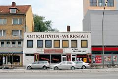 Blick auf die Hoheluftchaussee im Hamburger STadtteil Hoheluft-West - Geschäfte in Einzelhäusern, Räumungsverkauf.