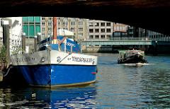 """Theaterschiff """"DAS SCHIFF"""" und """"THESPIS KAHN"""" im Nikolaifleet - Barkasse mit Touristen in Fahrt auf dem Fleet in der Hamburger Altstadt."""