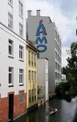 Kanu im Mühlenkamper Kanal - Wohn + Gewerbegebäude am Kanalufer Winterhudes.