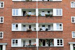 Hausfassade mit Balkons - Architektur in der Hansestadt Hamburg - Neues Bauen der 1920er Jahre - Jarrestadt.