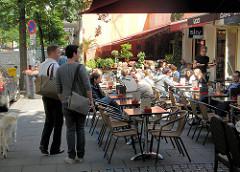 Sommer in Hamburg - Sonnentag in der Hansestadt - Menschen im Strassencafé in Hamburg St. Georg.
