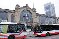 Autobusse der Hamburger Öffentlichen Verkehrsmittel am Bahnhof Dammtor.