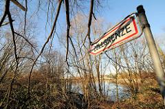 Schild Zollgrenze zwischen Sträuchern in Hamburg Wilhelmsburg / Kleiner Grasbrook.