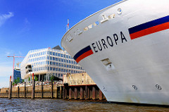 Schriftzug des Kreuzfahrtschiff EUROPA am Liegeplatz im Hamburger Hafen - Terminal Hafencity.