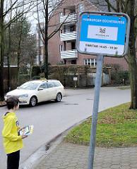 Schild Haltestelle Hamburger Bücherbusse  - Hausbrucher Strasse im Hamburger Stadtteil Hausbruch.