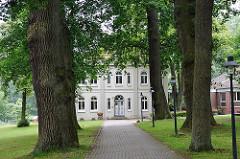 Gemeindegebäude des Pastorats Sinstorf - Bilder aus dem Bezirk Hamburg Harburg; Allee mit Eichen; Gebäude in Gründerzeitarchitektur.