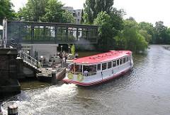 Anlegestelle Mühlenkamper Fährhaus - Moderne Architektur an der Mündung des Osterbekkanals. Ein Alsterdampfer legt ab und fährt Richtung Aussenalster.