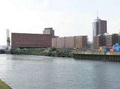 Blick über das Areal des Grasbrookhafens - im Hintergrund der Büroturm am Kehrwieder und das Gebäude des Kaispeicher A an der Norderelbe.