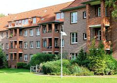 Innenhof mit Wiese und Balkons - mehrstöckige Wohnblocks in HH-Dulsberg.