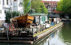 Ponton mit dem entstehenden Schiffsrumpf des geschichtsgetreu nachgebauten Vierländer Gemüse-Ewers im Hafen von Hamburg Bergedorf.