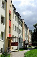 Mehrstöckige Neubauten mit farbig gestalteter Fassade an der Gustav Adolf Strasse im Hamburger Stadtteil Marienthal.