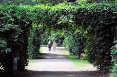 Laubengang im Harburger Stadtpark an der Grenze zum Stadtteil Eisendorf; ein Paar geht im Park spazieren.