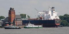 Tanker Minerva Concert im Tankhafen Köhlfleet - Hafenfähre und Lotsenschiff vor dem Lotsenhaus.