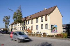 Wohngebäude am Billbrookdeich - Hamburg Billbrook, Strassenverkehr / Autoverkehr.