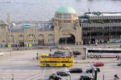 Bilder aus Hamburg St. Pauli - Kuppelgebäude zur Brücke 4 - ein gelber Doppeldeckerbus einer Hamburger STadtrundfahrt.