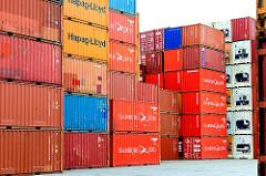 Containerlager Hamburg Wilhelmsburg - farbige Stahlboxen sind in sechs Lagen hoch gestapelt.