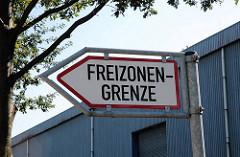 Hinweisschild Freizonengrenze an der Versmannstrasse im Hamburger Hafen.