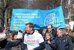 Ostermarsch in der Hansestadt Hamburg - Transparent Internationale Ärzte für die Verhütung des Atomkriegs, Ärzte in sozialer Verantwortung.