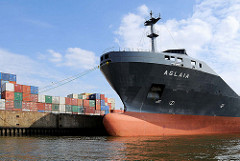 Schiffsbug des Frachters Aglaia am Mönckebergkai im Ellerholzhafen, Hafenbecken im Hamburger Hafen; Containerlager auf dem Kai.