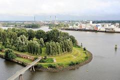 Blick von Hamburg Rothenburgsort über die Norderelbe auf die Peute - im Vordergrund der Entenwerder Elbpark und die Einfahrt zum Haken, ein ehemaliges Zollhafenbecken.