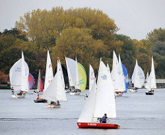 Segelschiffe auf der Aussenalster in Hamburg - Segelregatta Alsterglocke; Absegeln - Wassersport Saisonende.
