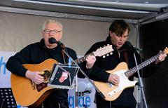 Abschlusskundgebung des Hamburger Ostermarsches auf dem Carl von Ossietzky Platz in Hamburg St. Georg; Auftritt der Gruppe Gutzeit.  -