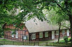 Reetdachgebäude mit ziegelgefülltem Fachwerk - alte Häuser in Hamburg; Architekturgeschichte der Hansestadt.