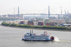 Raddampfer auf seiner Hafenrundfahrt auf der Elbe vor Hamburg Waltershof - Containerlager am Elbufer - im Hintergrund die Köhlbrandbrücke über die Süderelbe.