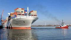 Der Containerfrachter NYK HELIOS legt im Hamburger Hafen ab - Schlepper ziehen das riesige Containerschiff ins Fahrwasser und wenden den Frachter.