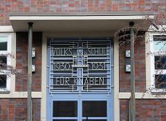 Hamburg Horn Schule beim Pachthof - Inschrift Volksschule für Knaben 1030 / 1931 - Hamburg Wappen.