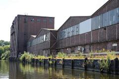 Historische Industriearchitektur am Ziegelwiesenkanal. Getreidesilo und Lagerhäuser am Kai.