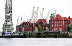 Historische Hamburger Hafenarchitektur im Hansahafen - Schwimmkran der HHLA am Hansahöft.