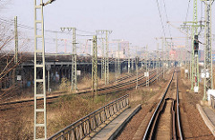 Güterbahnstrecke zwischen Versmannstrasse und Oberhafenkanal im Gebiet der Hamburger Hafencity; lks. die 1,7 km lange Ziegelmauerwerk Pfeiler-Bahnstrecke, die 1906 gebaut wurde.