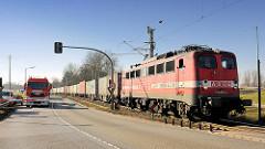 Güterzug in Hamburg Altenwerder in Fahrt auf die Kattwykbrücke - Lokomotive 140 857 - 4 der ABEG / Anhaltische Brandenburgische Eisenbahn Gesellschaft.