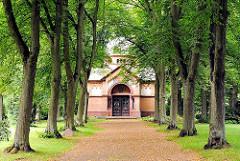 Allee zum Mausoleum auf dem alten Friedhof von Hamburg Lohbrügge - es wurde vom Architekten Hugo Grothoff 1900 für den Industriellen Wilhelm Bergner entworfen.