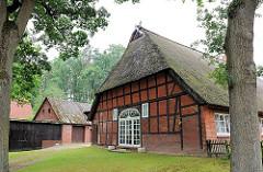 Altes Bauernhaus zum Wohnhaus mit modernen Fenstern umgebaut - Reetdachhaus in Hamburg Marmstorf.