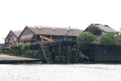 Werftgelände in Hamburg Finkenwerder - Werftgebäude im Köhlfleet.